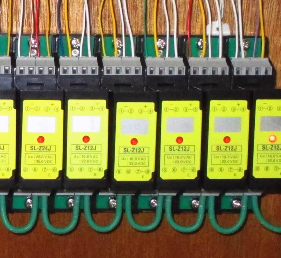 設置例<br>専用の電源ユニット不要で、SPD機能表示のLEDが点灯
