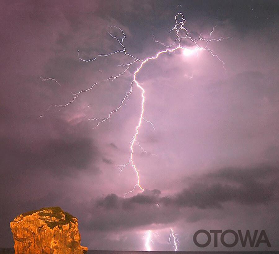 第4回 雷写真コンテスト受賞作品 佳作 -夏の夜海の雷-
