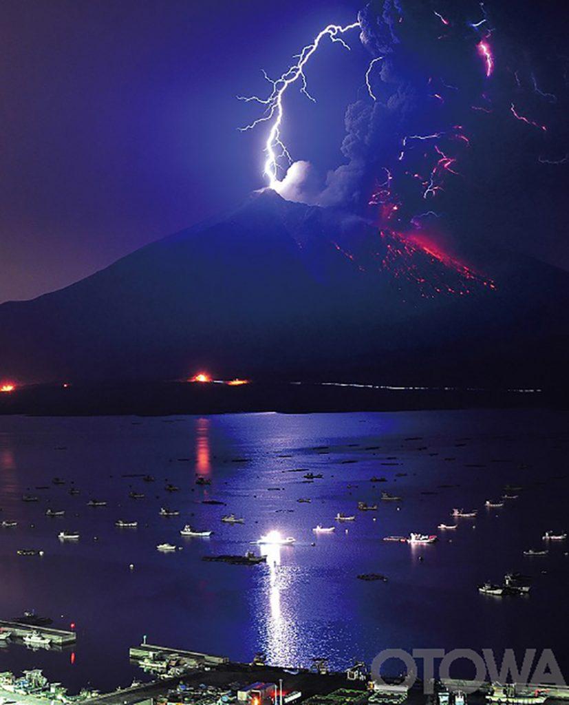 第11回 雷写真コンテスト受賞作品 グランプリ -火山雷・南岳(桜島)への直撃-