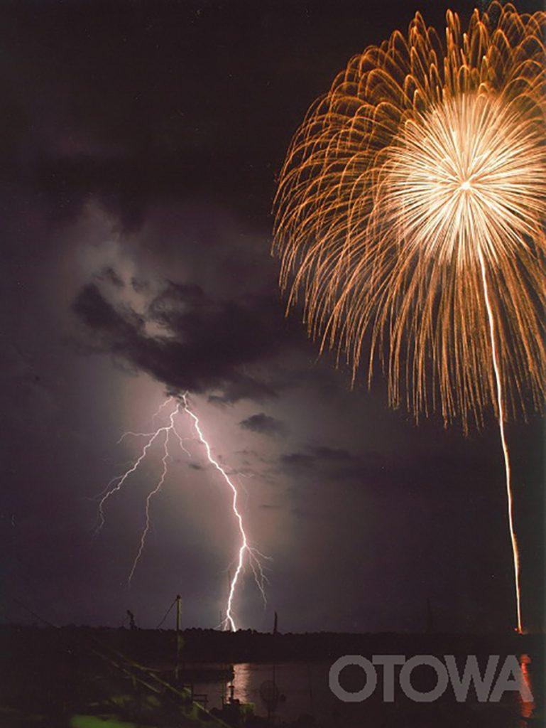 第4回 雷写真コンテスト受賞作品 グランプリ -夜空のダンス-