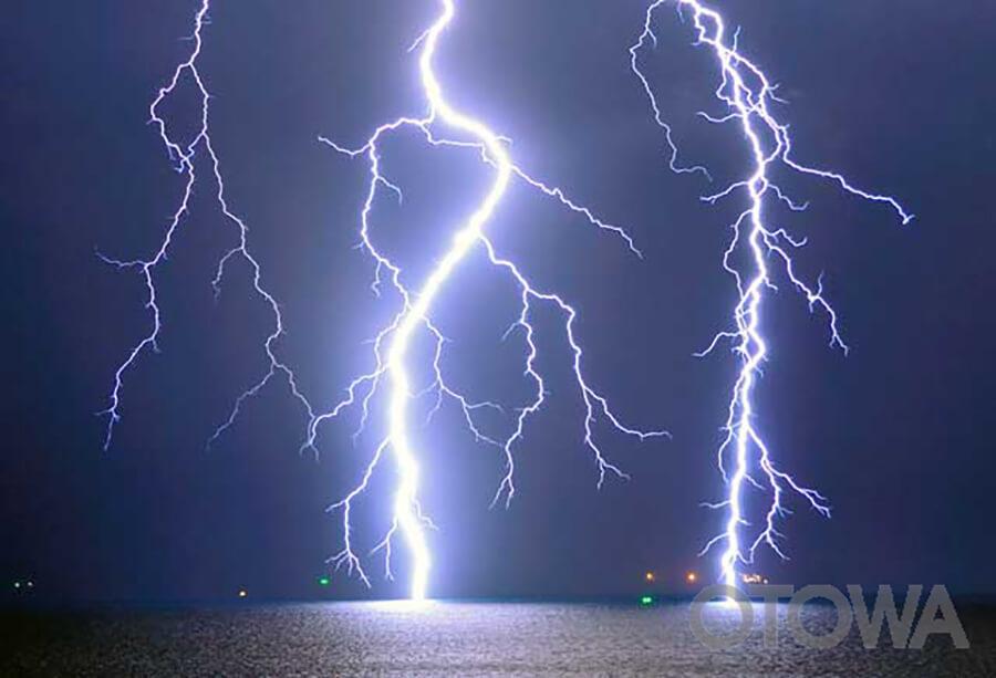 第7回 雷写真コンテスト受賞作品 グランプリ -天と海を繋ぐ-