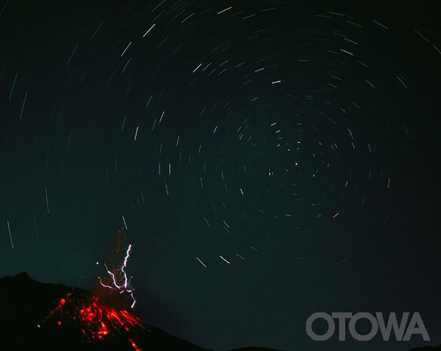 第7回 雷写真コンテスト受賞作品 銀賞 -昭和火口の爆発と火山雷-