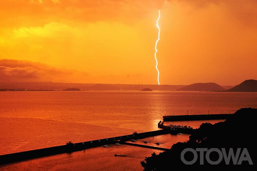 第8回 雷写真コンテスト受賞作品 銅賞 -夕焼けの中の閃光-