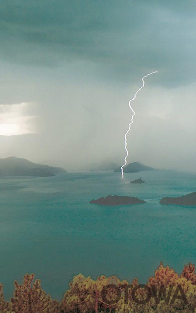 第14回 雷写真コンテスト受賞作品 銅賞 -ロコ湖の雷雨-