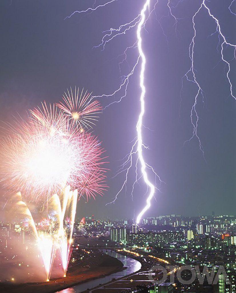 第7回 雷写真コンテスト受賞作品 銅賞 -真夏の競演-