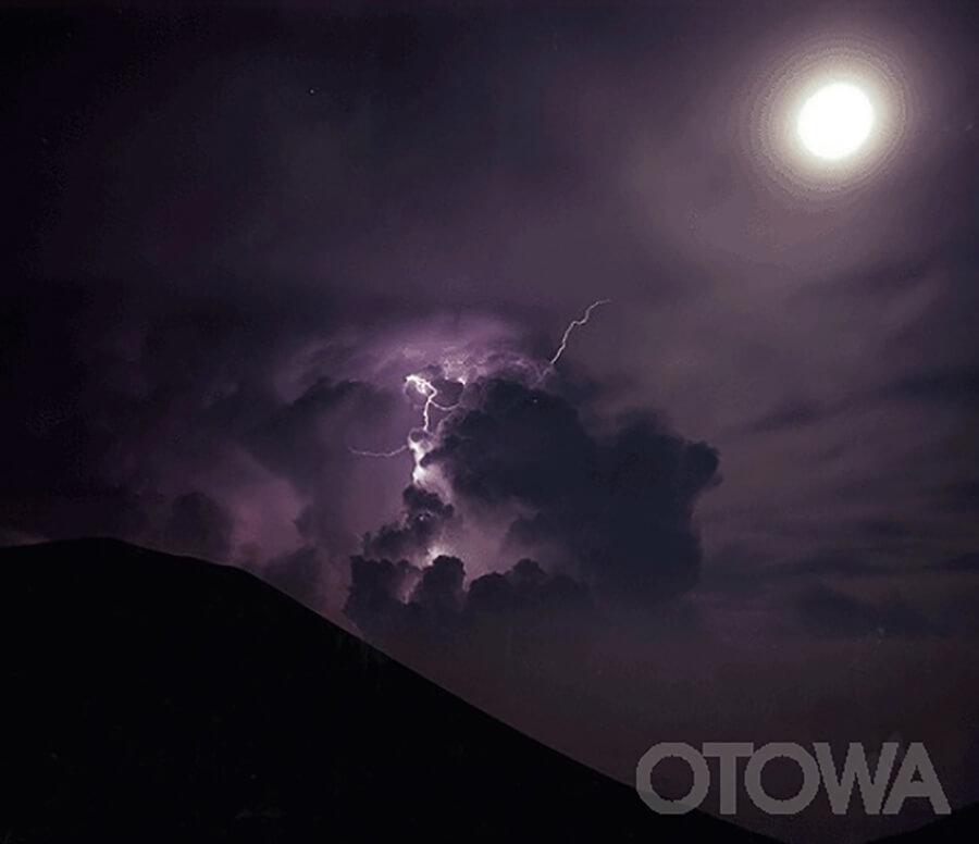 第4回 雷写真コンテスト受賞作品 銅賞 -月あかりの雷光-