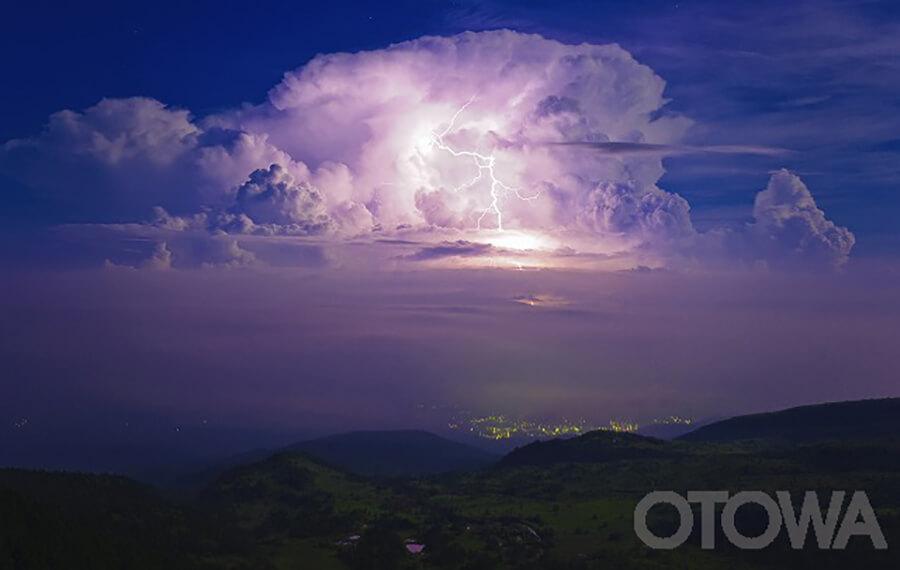 第9回 雷写真コンテスト受賞作品 銅賞 -雲上の落雷-