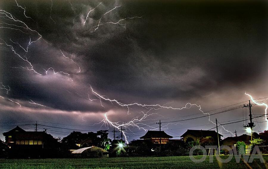 第6回 雷写真コンテスト受賞作品 銅賞 -夜空の閃光-