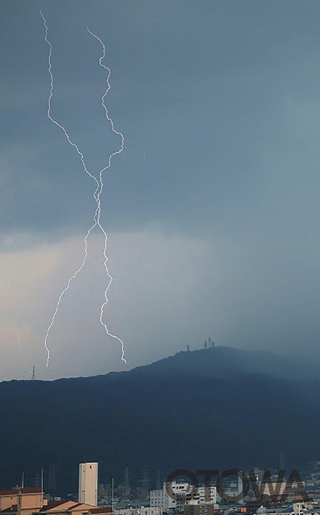 第13回 雷写真コンテスト受賞作品 佳作 -アベックサンダーボルト 高圧線に落下-