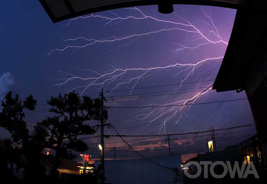 第14回 雷写真コンテスト受賞作品 佳作 -軒先の雷鳴-