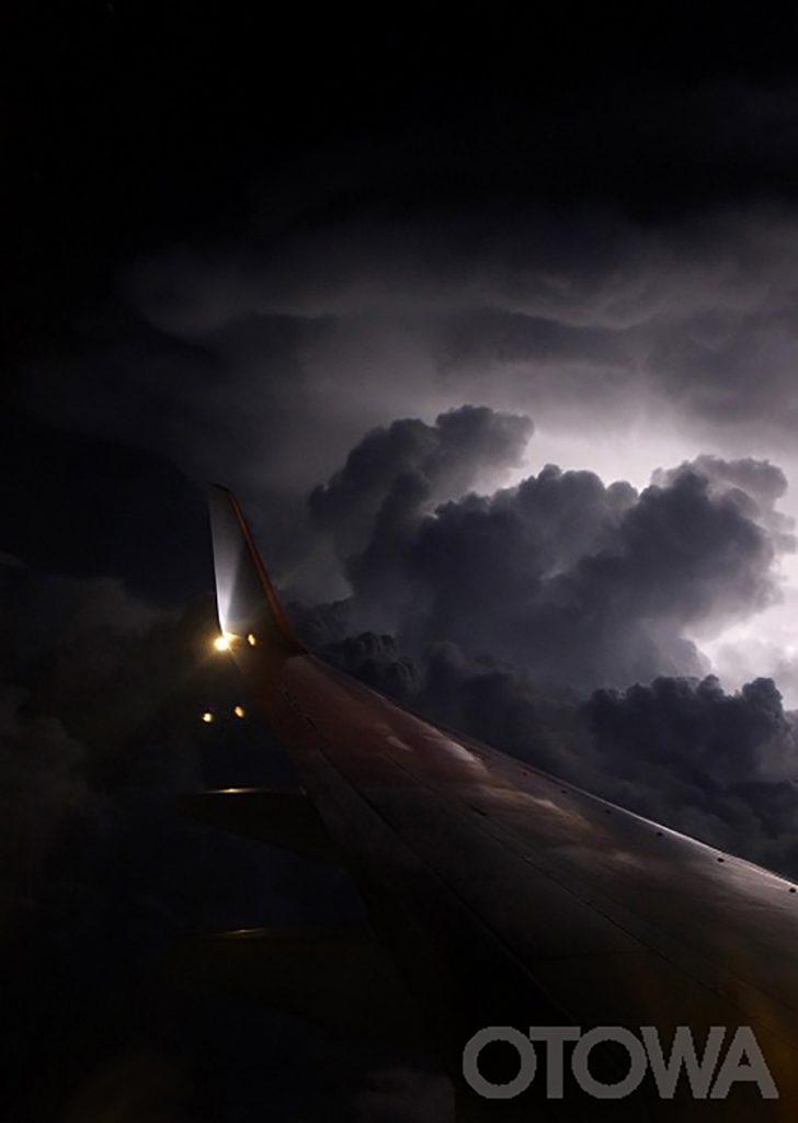 第10回 雷写真コンテスト受賞作品 佳作 -雷雲へのフライト-