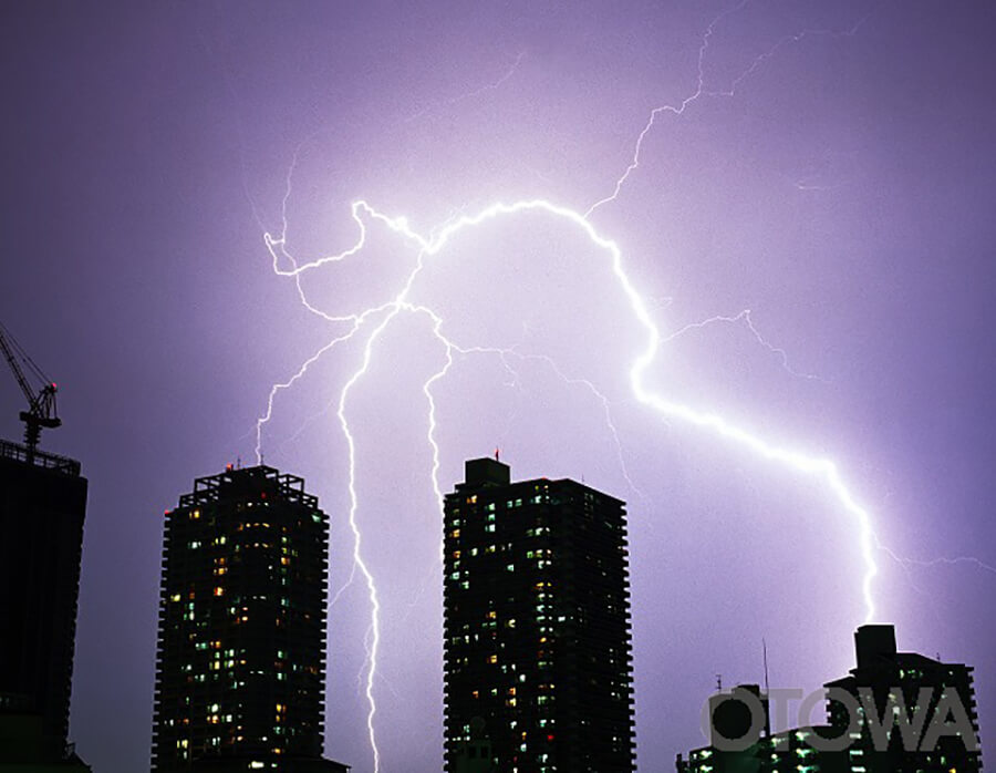 第8回 雷写真コンテスト受賞作品 佳作 -都会の神光-