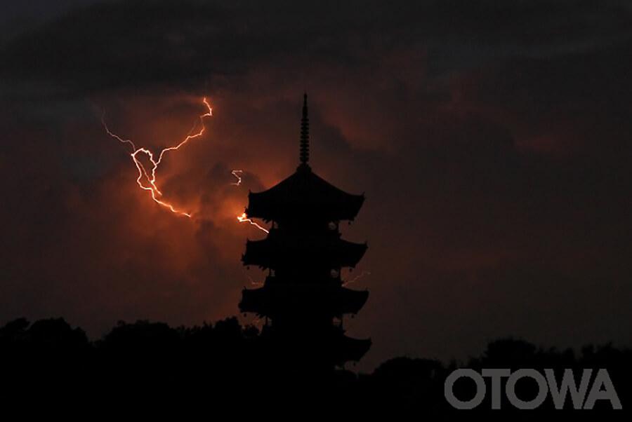 第8回 雷写真コンテスト受賞作品 佳作 -塔と雷光-