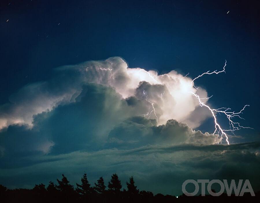 第3回 雷写真コンテスト受賞作品 佳作 -暴れる夜空-
