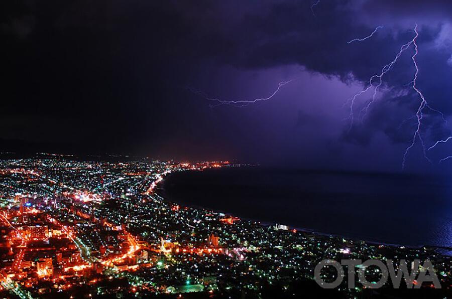 第11回 雷写真コンテスト受賞作品 佳作 -夜景と雷のコラボ-