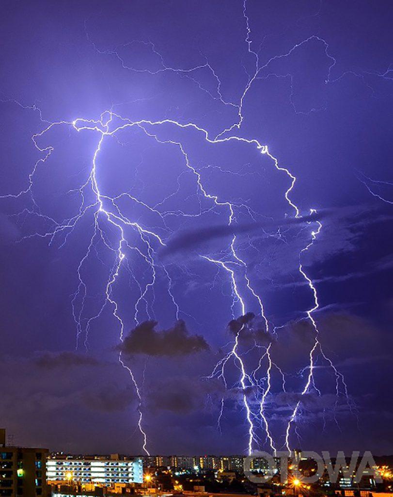 第13回 雷写真コンテスト受賞作品 佳作 -熱帯夜の放電-