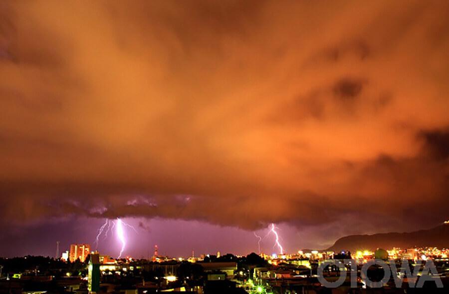 第14回 雷写真コンテスト受賞作品 佳作 -天空の怒り-