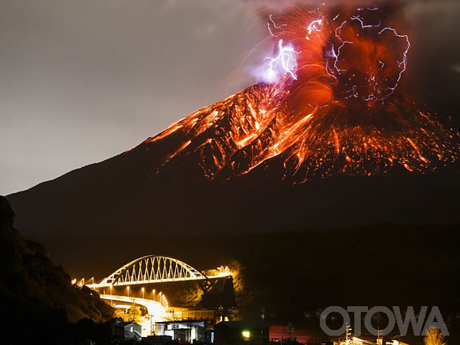 第14回 雷写真コンテスト受賞作品 佳作 -雷呼ぶ活火山-