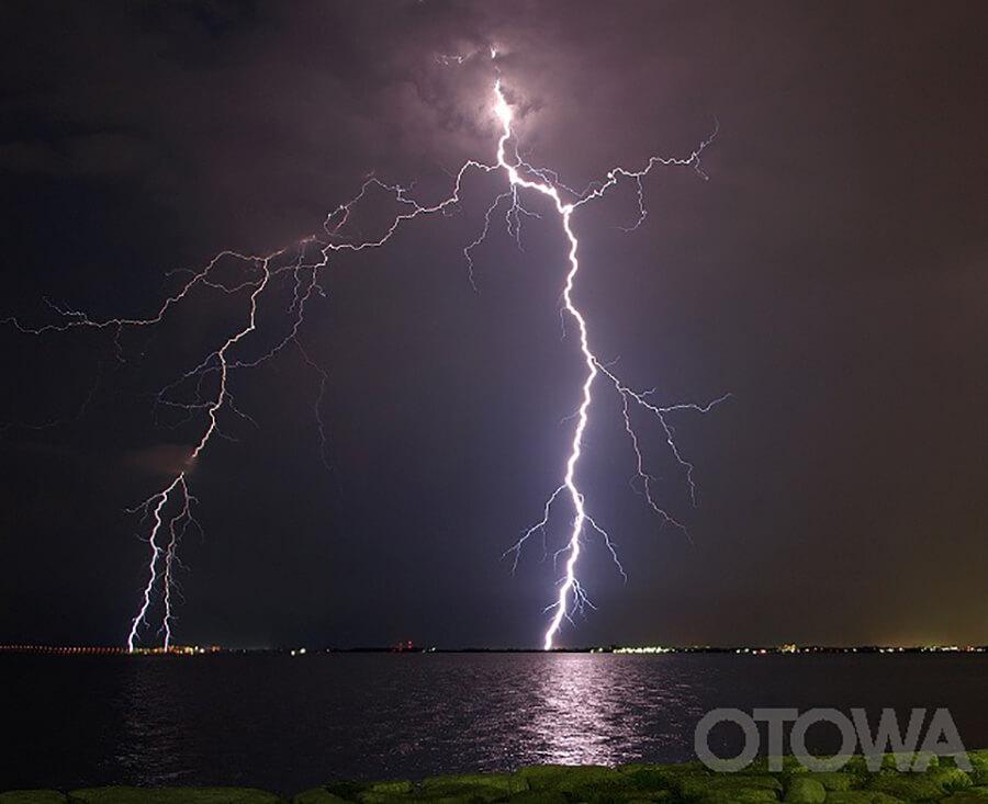 第6回 雷写真コンテスト受賞作品 佳作 -琵琶湖の神鳴り(雷)-