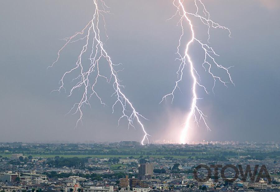 第10回 雷写真コンテスト受賞作品 佳作 -節電の街に容赦なし-