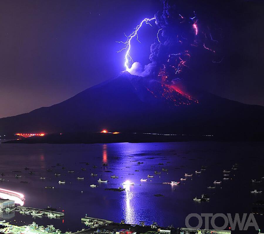 第11回 雷写真コンテスト受賞作品 優秀作品 -夜明け前の火山雷-