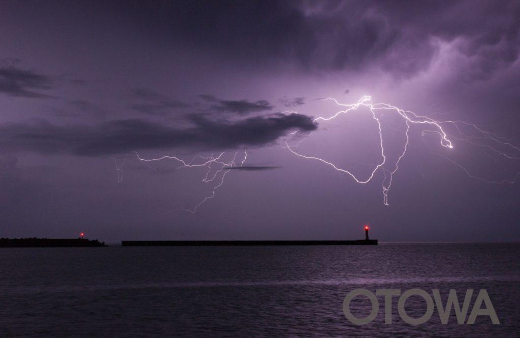 第17回 雷写真コンテスト受賞作品 佳作 -紫空を翔る-